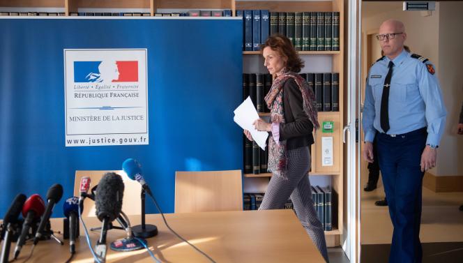 La procureure de Lorient, Laureline Peyrefitte, et le directeur d'enquête, le colonel Martin, à Ploemeur (Morbihan), le 20décembre2019.