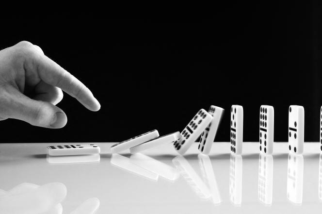 «Le coronavirus prouve s'il le fallait que nous sommes comme les pions d'un jeu de dominos : il suffit d'en faire tomber un pour que les autres suivent.»