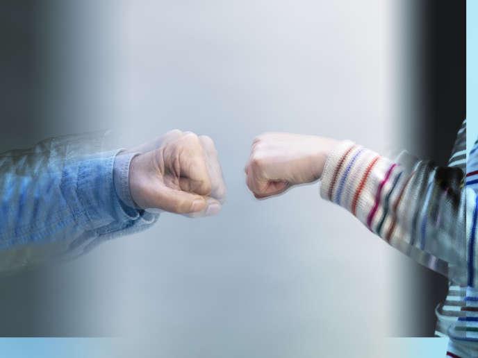 «Enlevez la bise, la poignée de main réapparaît. Enlevez la poignée de main, le check s'installe, etc», expliqueSaverio Tomasella