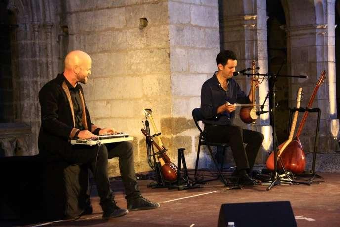 Julien Labouche et Christian Fromentin lors d'une représentation de«La Danse des Nartes» au festivalÇa va bARTder ! à Auxerre (Yonne) en juillet 2018.