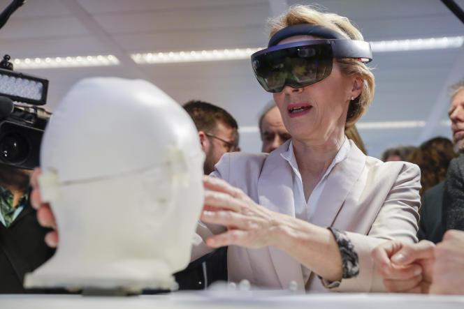 La présidente de la Commission européenne, Ursula von der Leyen, lors de sa visite au AI Xperience Center de Bruxelles, le 18 février.