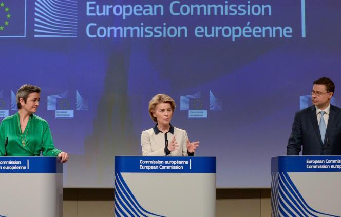 La présidente de la Commission, Ursula von der Leyen, entourée des commissaires européens à la concurrence, Margrethe Vestager, et à l'économie, Valdis Dombrovskis, à Bruxelles, vendredi 13 mars.