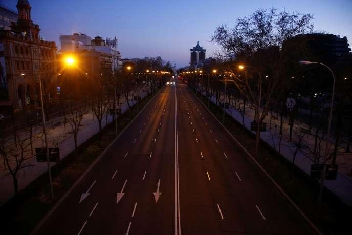 Le Paseo de la Castellana, l'une des artères principales de Madrid, presque vide, samedi 14 mars.