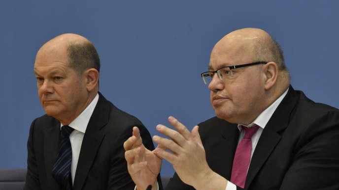 Les ministres allemand des financeset de l'économie, Olaf Scholz et Peter Altmaier (de gauche à droite), annoncent les mesures de soutien pour faire face à la crise due au coronavirus, vendredi 13 mars, à Berlin.