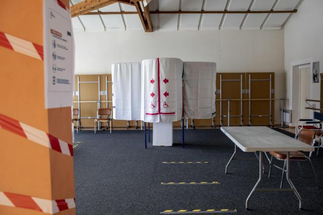Mise en place des bureaux de vote à La Roque-d'Anthéron (Bouches-du-Rhône), le 13 mars.