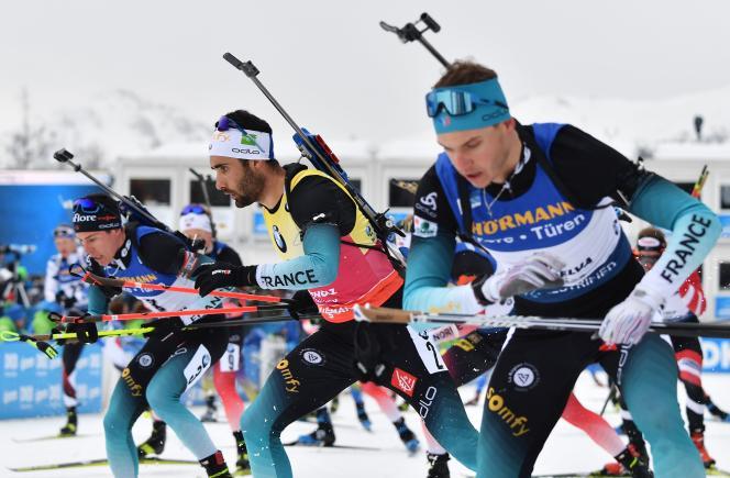 Martin Fourcade (au centre), entouré de Quentin Fillon Maillet et Emilien Jacquelin, lors des championnats du monde d'Antholz (Italie), le 23 février.