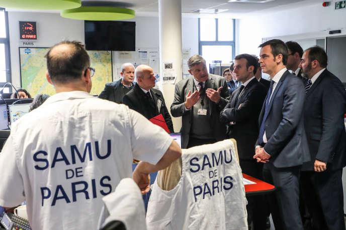 Le président Emmanuel Macron et le ministre de la santé, Olivier Véran, en visite à l'hôpital Necker, à Paris, mardi 10 mars.