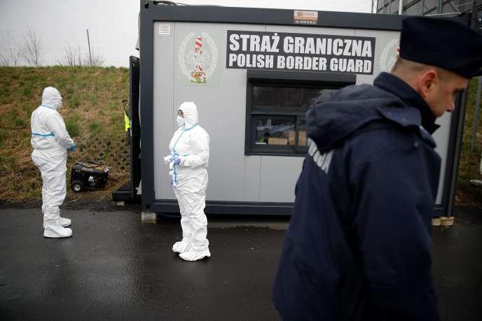 Une équipe sanitaire polonaise s'apprête à contrôler les passagers arrivant à la frontière entre la Pologne et l'Allemagne, le 9 mars 2020.