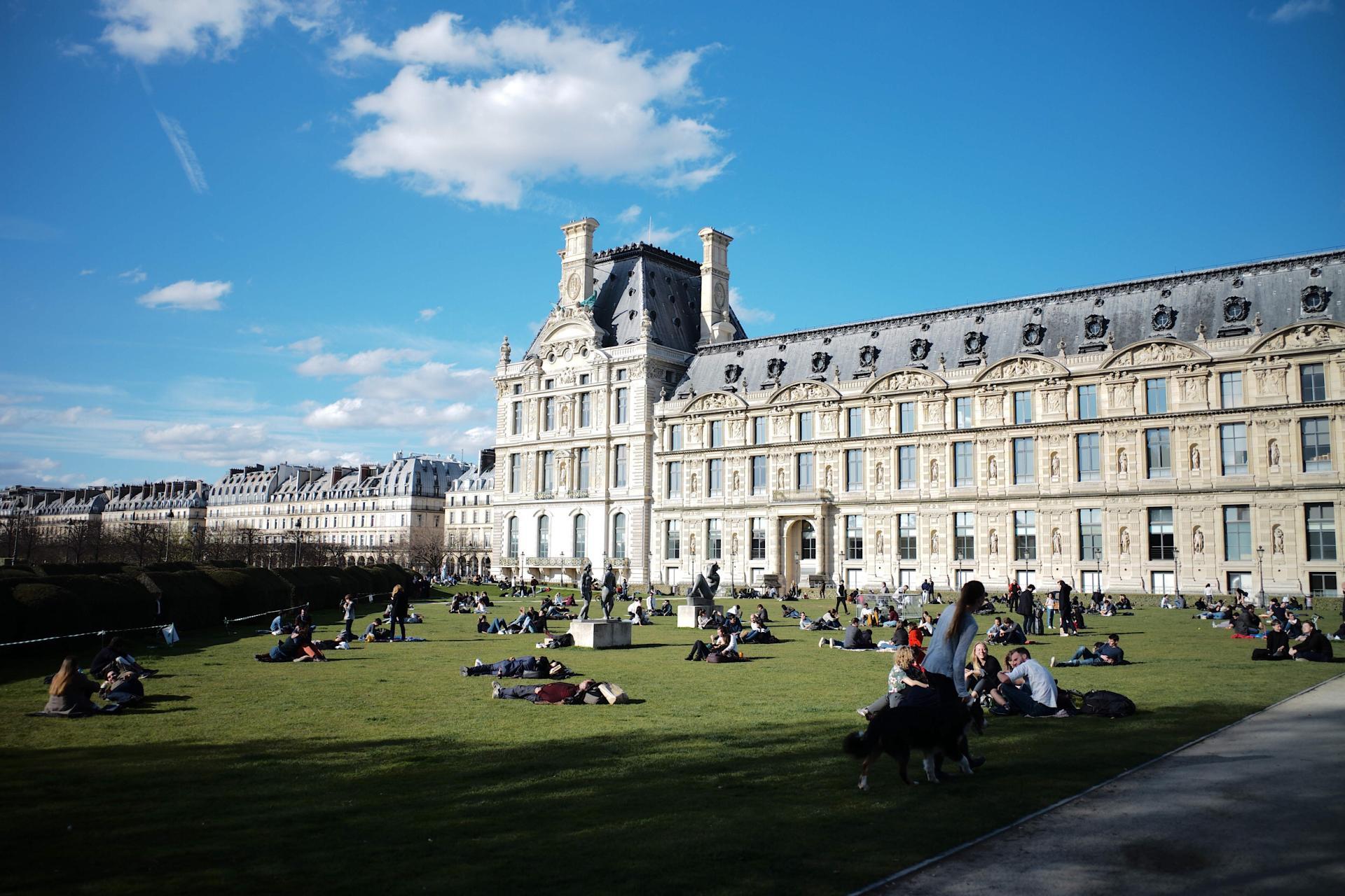 Le 15 mars 2020, les pelouses des Tuileries à Paris étaient pleines.