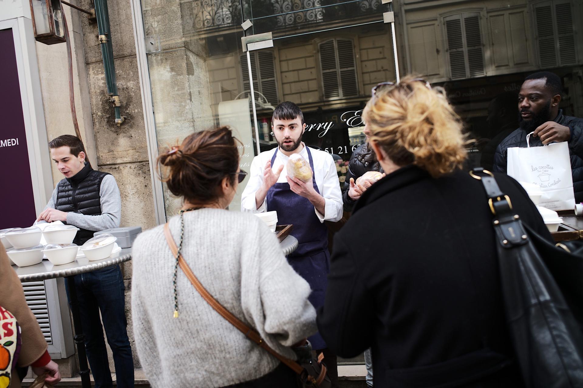 Rue Saint-Dominique à Paris, des employés de restaurants revendent leurs produits frais plutôt que de les jeter.