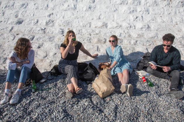 Sur laplagede l'Opéra, sous la Promenade des Anglais, le 15 mars 2020. Des étudiants américains, chassés de leur université italienne où ils se trouvaient en échange, boivent des bières en bronzant au soleil.