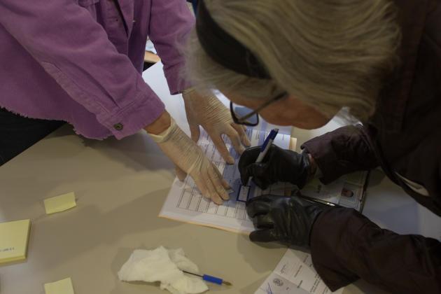 Dans un bureau de vote à Nice, le 15 mars 2020 au matin.
