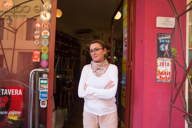 Dans le Vieux Nice, le 15 mars 2020. La terrasse de La Cave de la Tour a été rangée et on ne sert plus de verre, mais on vend toujours des bouteilles a emporter. «On nous a dit qu'on fermait les commerces indispensables, mais rien d'autre. Nous, on considère que le vin, c'est indispensable», explique CathyGazan, patronne de l'établissement.