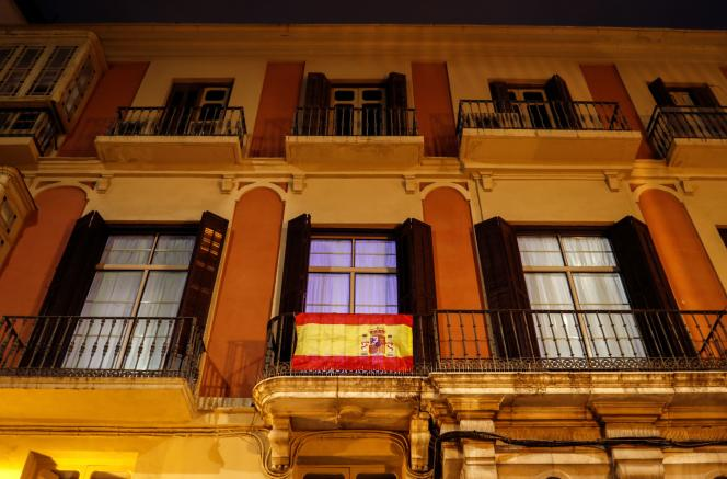 Les drapeaux espagnols fleurissent aux balcons, notamment à Malaga, le 15 mars.