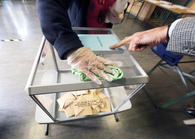 Dans un bureau de vote à Nice, lors du premier tour des élections municipales, le 15mars.
