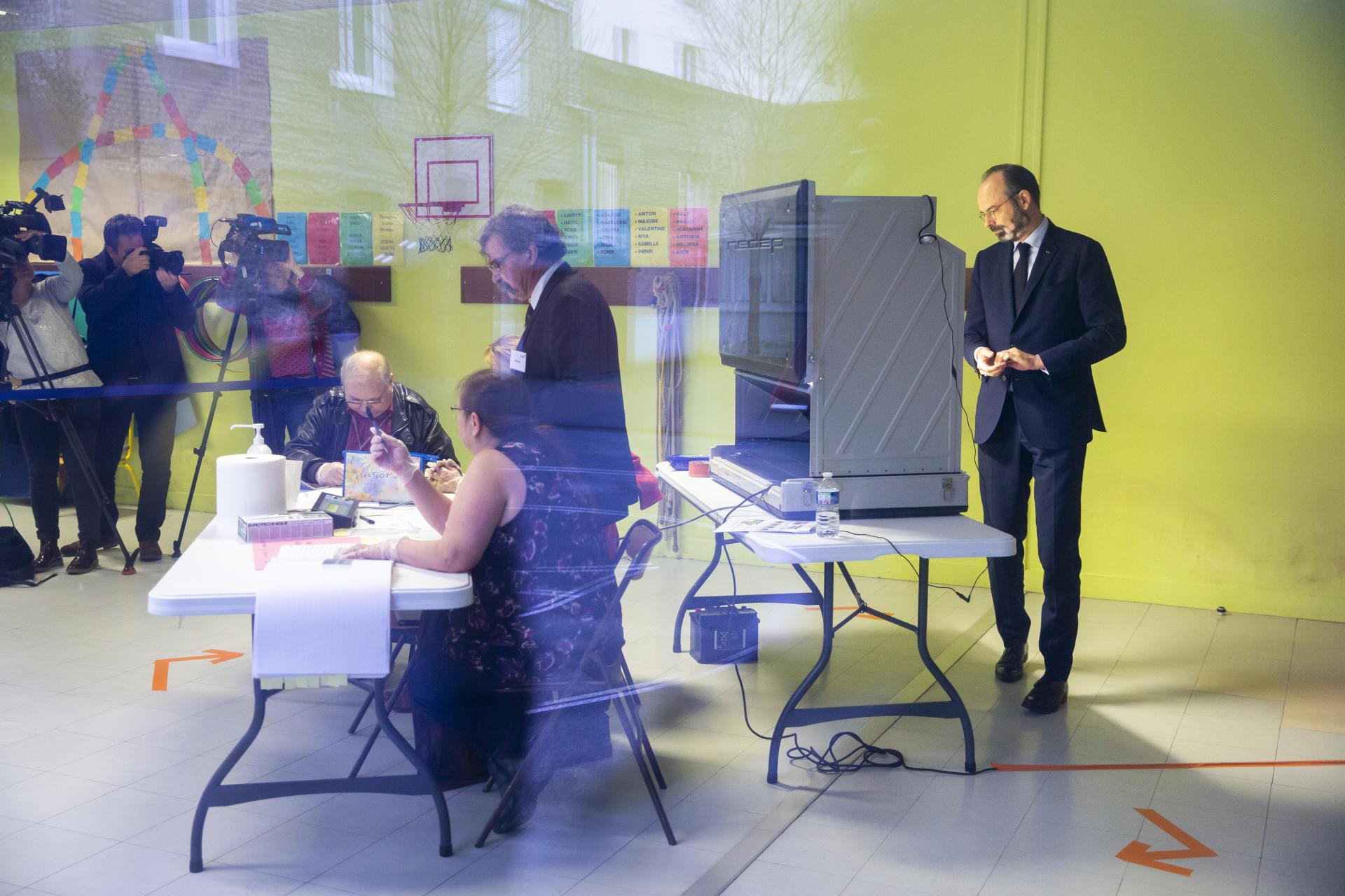 Le premier ministre et candidat à la mairie du Havre, Edouard Philippe, vote à l'école maternelle Ancelot, le 15 mars 2020.