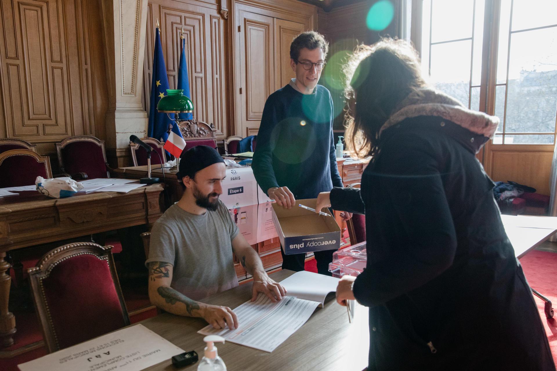 Dans un bureau de vote du 11e arrondissement de Paris, le 15 mars 2020. Les stylos utilisés sont nettoyés après usage.