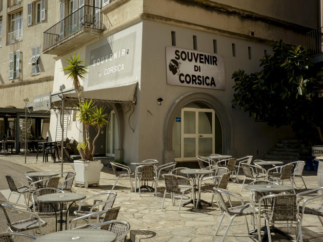 Un restaurant et sa terrasse vide, lors du premier tour des élection municipales à Bastia en Corse, le 15 mars 2020.