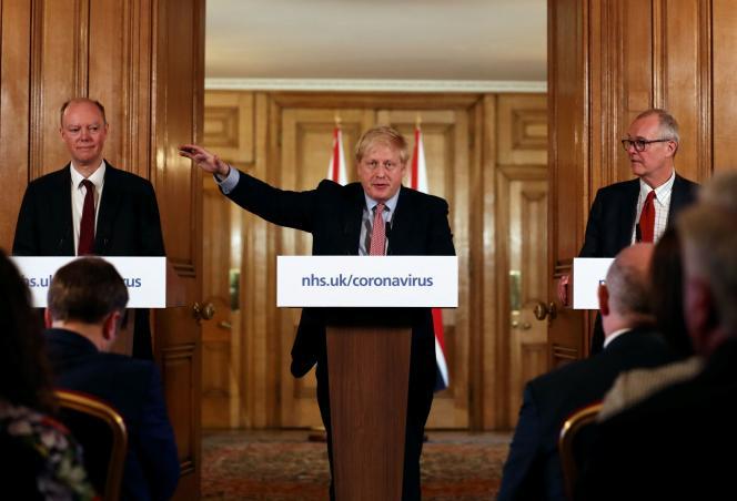 Chris Whitty, Boris Johnson et Patrick Vallance lors d'une conférence de presse sur l'épidémie de Covid-19, à Londres, le 12 mars.