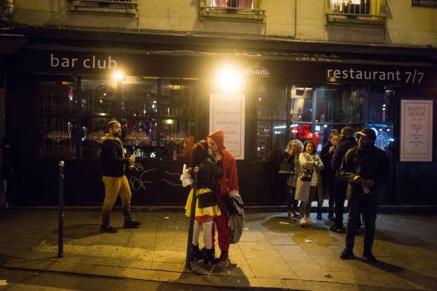 La rue de la Roquette se vide après la fermeture à minuit des bars et des restaurants, à Paris, le 15 mars.
