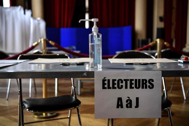 Dans un bureau de vote installé dans la mairie du 10e arrondissement de Paris, le 13 mars.