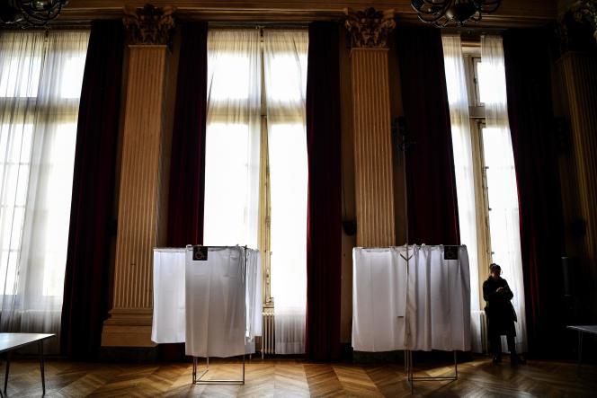 Un bureau de vote installé dans la mairie du 10e arrondissement de Paris, le 13 mars.