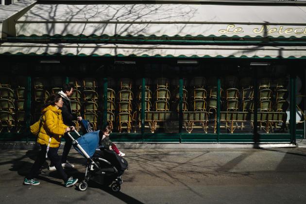 Un restaurant fermé dans le 14e arrondissement de Paris, le 15 mars 2020.