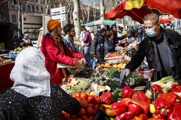 Sur le marché du boulevard de Strasbourg, à Toulouse, le 15 mars 2020.