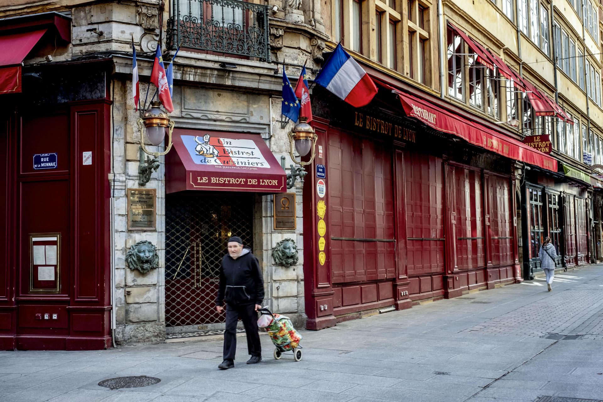 A Lyon, rue Mercière, le 15 mars 2020. La célèbre enfilade de restaurants reste déserte.