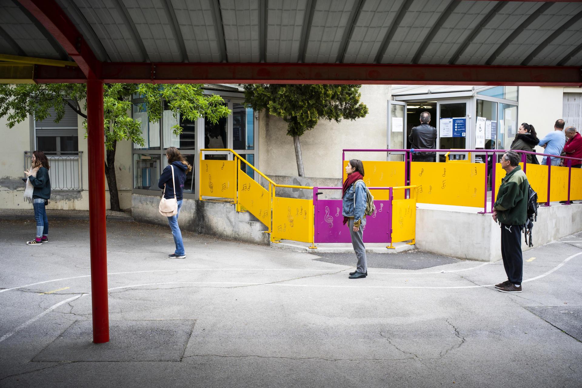 Dans un bureau de vote de Montpellier, le 15 mars 2020. Les électeurs respectent les distances de sécurité en faisant la queue pour accéder aux bureaux de vote.