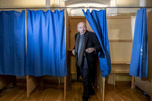 Le maire de Lyon, Gérard Collomb, vote dans le petit bureau de la mairie du 5e arrondissement de la ville, le 15 mars 2020.