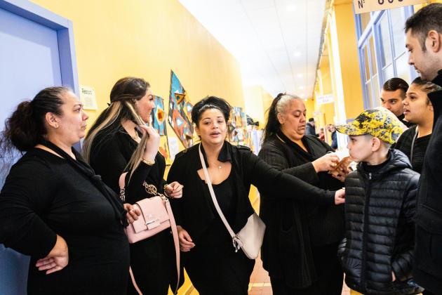 Au bureau de vote de l'école Romain-Rolland à Perpignan, la participation est très faible lors du premier tour des élections municipales du 15 mars 2020. Toutefois, les assesseurs constatent une augmentation du nombre de femmes et de jeunes parmi les votants.