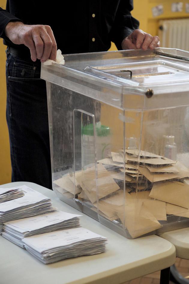 Nettoyage dans un bureau de vote de Strasbourg, le 15 mars 2020.