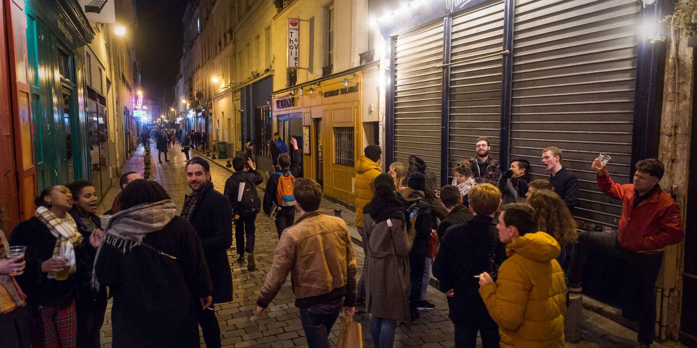 Paris, France, le 14 et 15 Mars 2020 : Prises de vues dans le quartier d'Oberkampf et de Bastille après l'annonce par le Premier Ministre de nouvelles restrictions mises en place pour lutter contre le corona virus. Sur l'image : rue de lappe, la rue se vide juste après minuit. Certains trainent dans la rue le temps de finir les derniers verres.