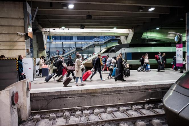 Les trains sont complets à la gare Montparnasse, à Paris, le 16 mars.