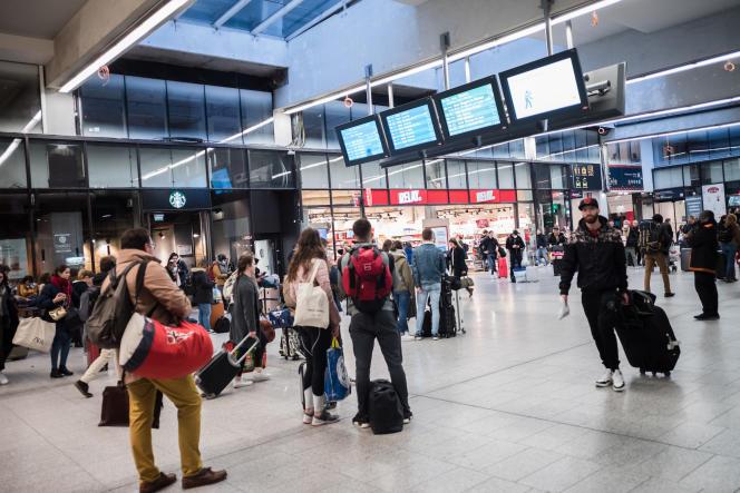 Des passagers en gare de Paris Montparnasse, le 16 mars 2020.