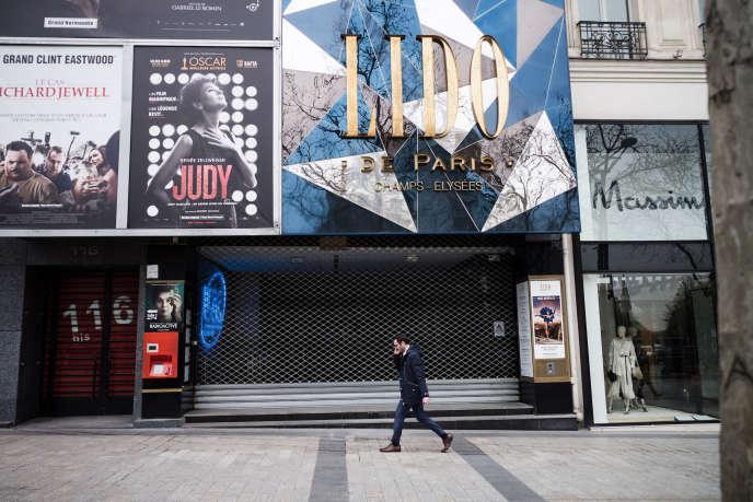 Un cinéma fermé, sur les Champs-Elysées à Paris, le 16 mars.