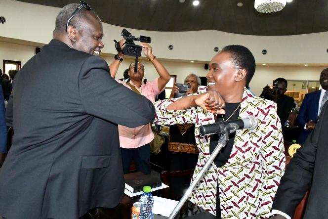 Le vice-président sud-soudanais Riek Machar félicite son épouse, Angelina Teny, nommée ministre de la défense, à Juba, le 16mars 2020.