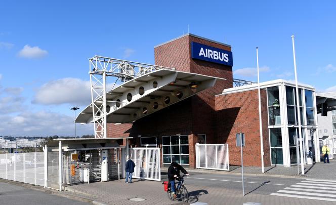 Devant l'usine Airbus, à Hambourg, lundi 16 mars.
