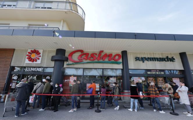 Devant un supermarché de Nice, le 16 mars.