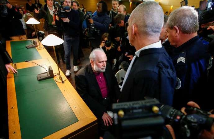 L'ex-père Bernard Preynat arrive pour assister à son procès, accusé d'abus sexuels sur mineurs, au palais de justice de Lyon, le 13 janvier 2020.
