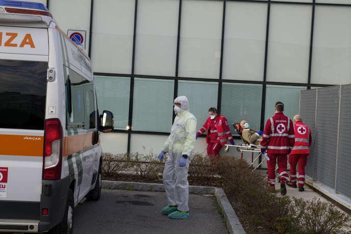 A Bergame, à l'hôpital Papa Giovanni XXIII, des médecins transportent un malade, le 13 mars.