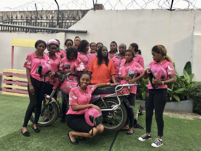La créatrice d'Ubizcabs,Patricia Nzolantima, entourée de plusieurs de ses conductrices detaxi auto ou moto haut de gamme et 100% féminin.