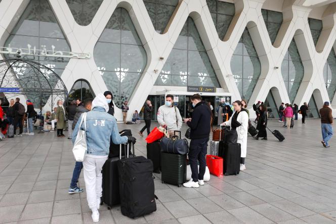 Des touristes attendent d'être rapatriés dans leur pays, alors que le Maroc suspend ses vols vers les pays européens en raison du Covid-19, à l'aéroport de Marrakech, le 15 mars 2020.