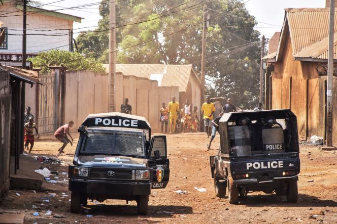 Des contestataires affrontent la police anti-émeute lors d'une manifestation de l'opposition à Conakry, le 5mars 2020.
