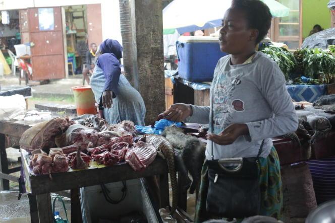 Une vendeuse de viande de pangolin et d'autres animaux de brousse à Libreville, le 7 mars 2020.