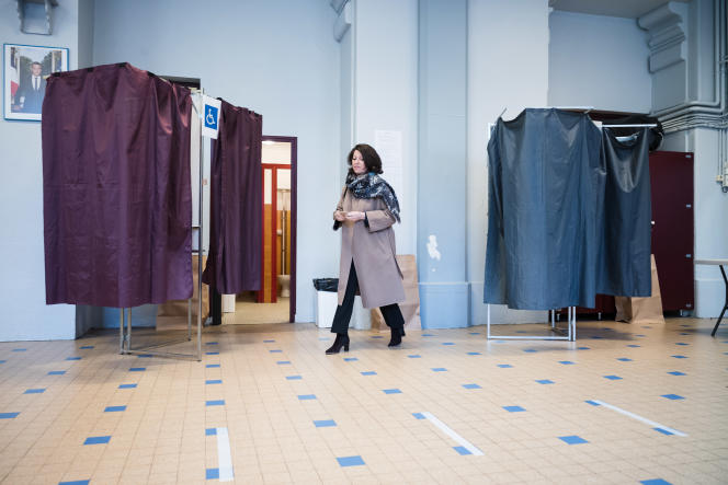 Agnès Buzyn, dans un bureau de vote du 5e arrondissement, à Paris, le 15 mars.