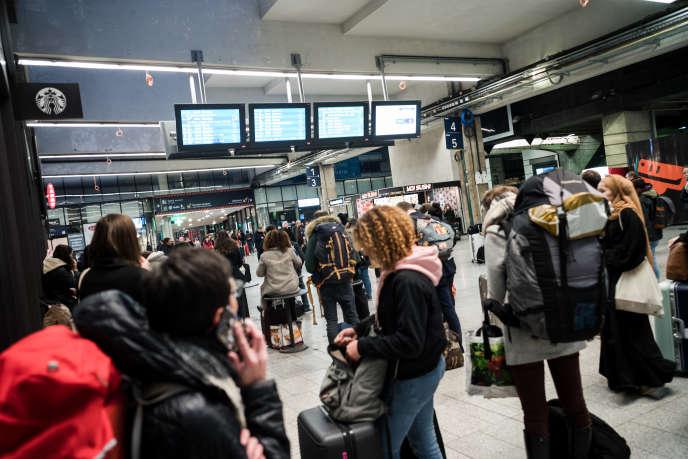 A la gare Montparnasse, à Paris, le 16 mars.