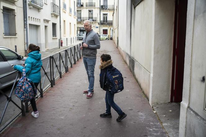 Le directeur accueille les rares élèves arrivant à l'école Condorcet, à Montpellier, le 15 mars.