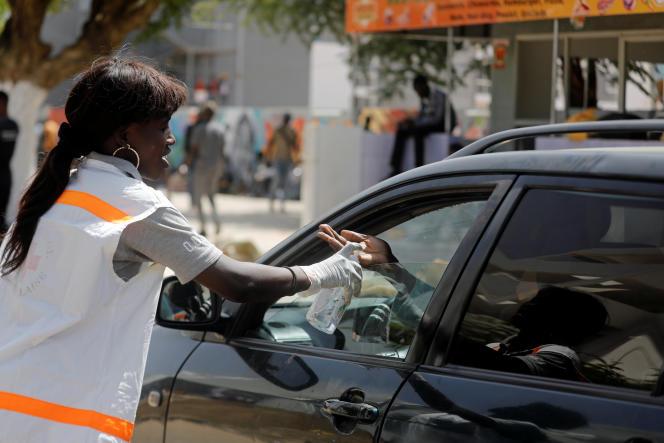 Distribution de gel hydroalcoolique dans une rue de Dakar, le 16 mars 2020.